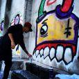 Justin Bieber se met au graffiti et espère se perfectionner. Visiblement, la police de Rio de Janeiro souhaite l'en dissuader...