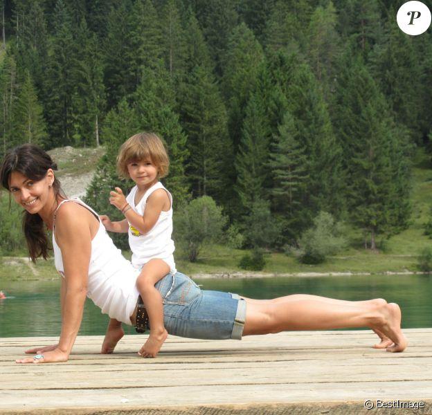Exclusif - Adeline Blondieau fait du yoga avec sa fille Wilona en Autriche, le 30 septembre 2013