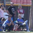 Britney Spears et son petit ami David Lucado regardent les fils de la chanteuse, Sean Preston et Jayden James, jouer au football à Calabasas, le 9 novembre 2013.