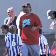 Britney Spears et son ex-mari Kevin Federline regardent leurs fils Sean et Jayden jouer au foot a Calabasas, en compagnie de David Lucado, le petit-ami de la chanteuse, le 9 novembre 2013.  PLEASE HIDE CHILDREN'S FACE PRIOR TO THE PUBLICATION Britney Spears and her ex-husband Kevin Federline watching their sons Sean and Jayden play soccer in Calabasas, California on November 9, 2013. Britney's boyfriend David Lucado also joined the former couple.09/11/2013 - Calabasas