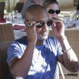Edouard Montoute se détend dans le cadre de l'Escapade des Stars, en novembre 2013, à Djerba. Il vient de recevoir une paire de lunettes Ray-Ban offerte par Light Optical !