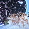 Doutzen Kroes,Karlie Kloss, Adriana Lima, Candice Swanepoel et Behati Prinsloo mènent le final du défilé Victoria's Secret à la 69th Regiment Armory. New York, le 13 novembre 2013.