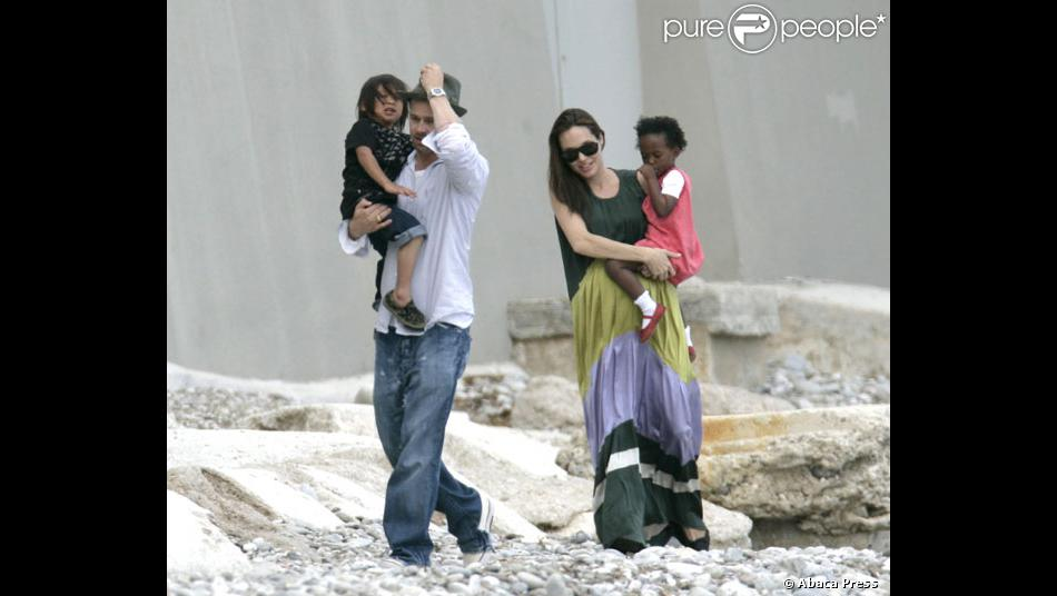angelina jolie et brad pitt avec leurs enfants adoptifs pax et zahara devant la propirete de. Black Bedroom Furniture Sets. Home Design Ideas
