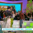 Thomas Thouroude en slip à plumes acceuille Rio Mavuba pour la qualification de la France au Mondial 2014 dans Le Before du Grand Journal le 20 novembre 2013 sur Canal +