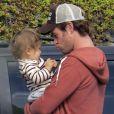 Exclusif - Chris Hemsworth en papa-poule pour sa fille, devant sa femme Elsa Pataky enceinte, en balade sur l'île de la Gomera, Canaries, le 17 novembre 2013.