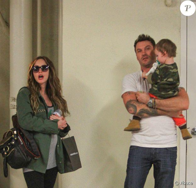 Megan Fox, enceinte de son deuxième enfant, avec son mari Brian Austin Green et leur fils Noah, le 26 novembre 2013 à Beverly Hills après un rendez-vous médical