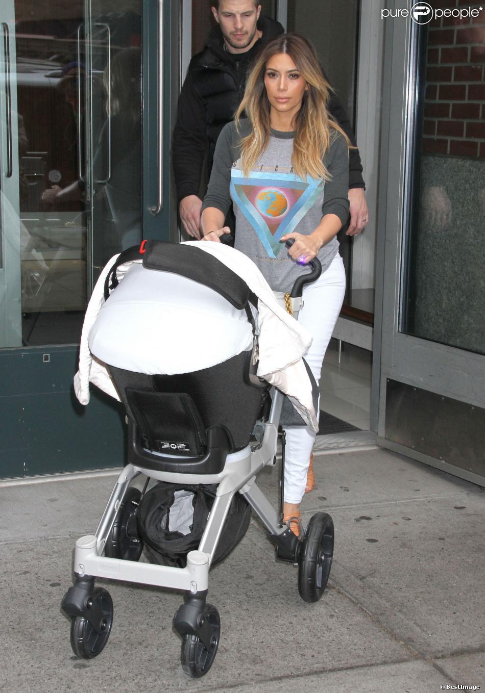Kim Kardashian et North West quitte l'appartement de Kanye West à SoHo. New York, le 26 novembre 2013.
