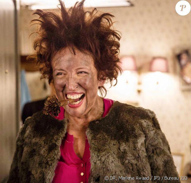Roselyne Bachelot, les cheveux en pétard, dans la série Nos chers voisins sur TF1.