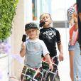 Kingston et Zuma, les deux fils de Gwen Stefani dégustent une glace après leur leçon de paddleboard sous le soleil de Californie, le 29 juin 2013 à Los Angeles
