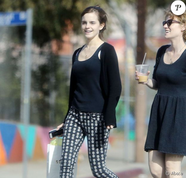 Emma Watson radieuse au naturel avec une amie à Los Angeles, le 26 novembre 2013.