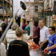 Barack Obama a distribué des colis de nourriture avec ses filles Malia et Sasha, ainsi que son épouse Michelle, dans les locaux de l'association Capital Area Food Bank à Washington, le 27 novembre 2013.