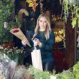 Hilary Duff achète des fleurs pour Thanksgiving à Los Angeles, le 28 novembre 2013.
