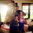 LeAnn Rimes prend la pose avec son mari Eddie Cibrian et ses fils Mason et Jacke, lors de Thanksgiving, le 28 novembre 2013.