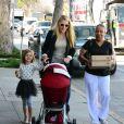 Busy Philipps fait des courses pour Thanksgiving avec ses filles Birdie et Cricket, à Los Angeles, le 28 novembre 2013.