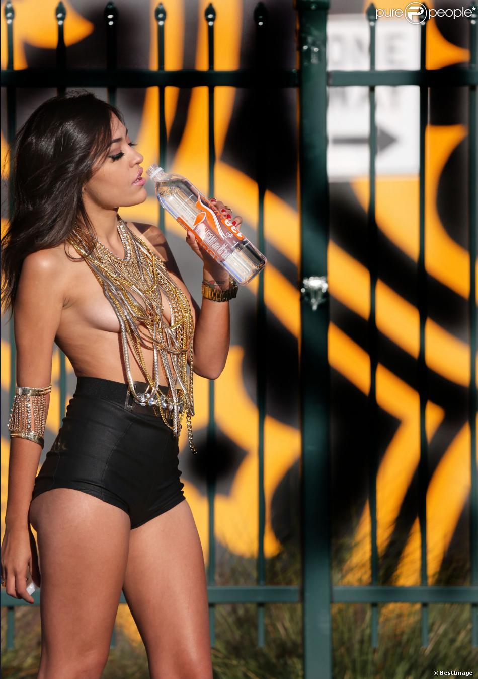 Frankie Vegas, Miss LA Native, en shooting pour la marque 138 Water dans le quartier des arts de Los Angeles le 20 novembre 2013