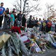 Des fans sont venus rendre hommage à Paul Walker sur le lieu de l'accident qui lui a coûté la vie le 30 novembre 2013 à l'âge de 40 ans, à Santa Clarita, le 1er décembre 2013.