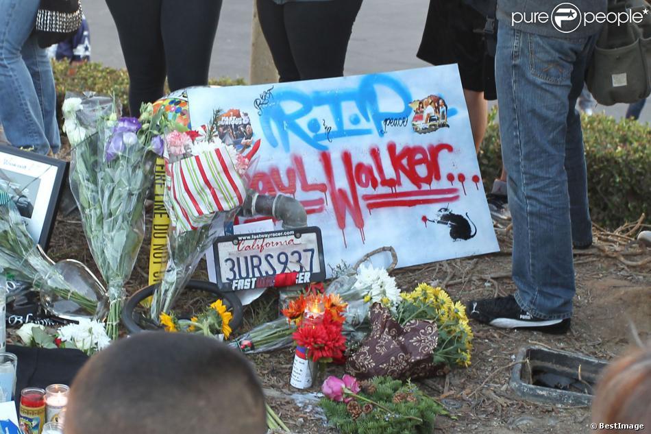des fans sont venus rendre hommage paul walker sur le lieu de l 39 accident qui lui a co t la. Black Bedroom Furniture Sets. Home Design Ideas