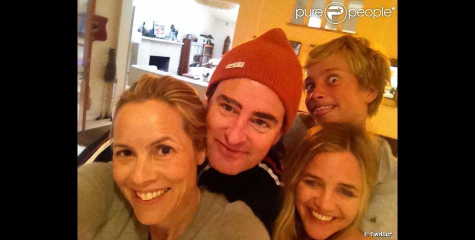Maria Bello en famille, avec son ex Dan McDermott, son actuelle compagne Clare Munn, et son fils Jackson.