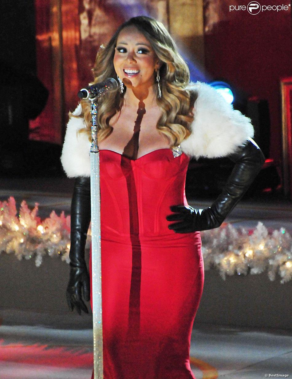 Mariah avec un boléro en fourrure blanche avec une robe de cocktail rouge
