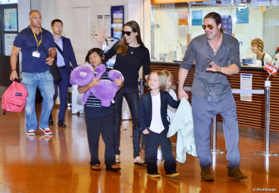 Brad Pitt et Angelina Jolie arrivant à l'aéroport de Tokyo avec 3 de leurs enfants (Pax Thien, Vivienne Marcheline et Knox Léon) Tokyo, le 27 juillet 2013