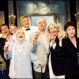 Mado Maurin avec Philippe Houy, Olivier Lejeune, Jacques Ballutin, Hélène Manesse, Marie-France Mignal et Catherine Collomb dans la pièce Si je peux me permettre à Paris le 20 avril 2000