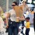 Exclusif - Kristin Davis, sa mère Dorothy et sa fille Gemma au Farmer's Market à Pacific Palisades, le 15 décembre 2013.