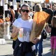 Exclusif - L'actrice Kristin Davis, sa mère Dorothy et sa fille Gemma au Farmer's Market à Pacific Palisades, le 15 décembre 2013.