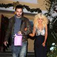Christina Aguilera et son petit ami Matthew Rutler sortent du restaurant Off Vine à Los Angeles, le 17 décembre 2013.