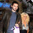 Christina Aguilera et son petit ami Matthew Rutler très amoureux à la sortie du restaurant Off Vine à Los Angeles, le 17 décembre 2013.