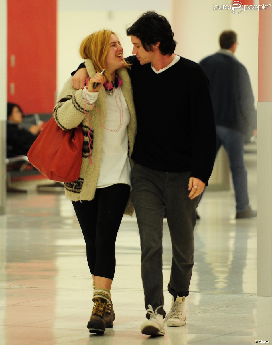 Scout LaRue Willis tendre et très complice avec son boyfriend au LAX, Los Angeles, le 22 décembre 2013.