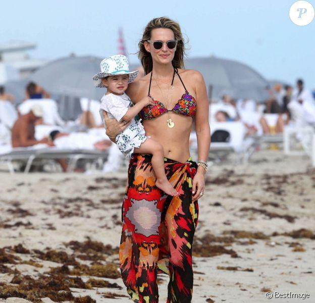 Molly Sims et son fils Brooks sur la plage à Miami, le 23 décembre 2013.