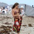 Molly Sims, son mari Scott Stuber et leur fils Brooks sur la plage à Miami, le 23 décembre 2013.