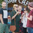 Exclusif - Teresa Palmer, enceinte, et son époux Mark Webber, se rendent au restaurant à Los Angeles, en compagnie des membres de leurs familles, le 27 décembre 2013.