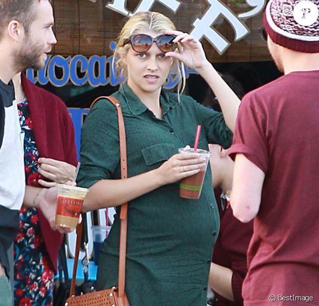 Exclusif - L'actrice Teresa Palmer, enceinte, et son époux Mark Webber, se rendent au restaurant à Los Angeles, en compagnie des membres de leurs familles, le 27 décembre 2013.