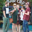Exclusif - Teresa Palmer, et son époux Mark Webber, se rendent au restaurant à Los Angeles, en compagnie des membres de leurs familles, le 27 décembre 2013.