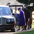 La reine Elizabeth II a quitté l'église de Sandringham sans recevoir de fleurs après la messe du 29 décembre 2013