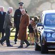 Le duc d'Edimbourg après la messe du 29 décembre 2013, alors que son épouse Elizabeth II repart dans sa Bentley