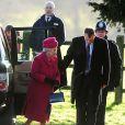 La reine Elizabeth II arrive à l'église de Sandringham pour la messe le 22 décembre 2013