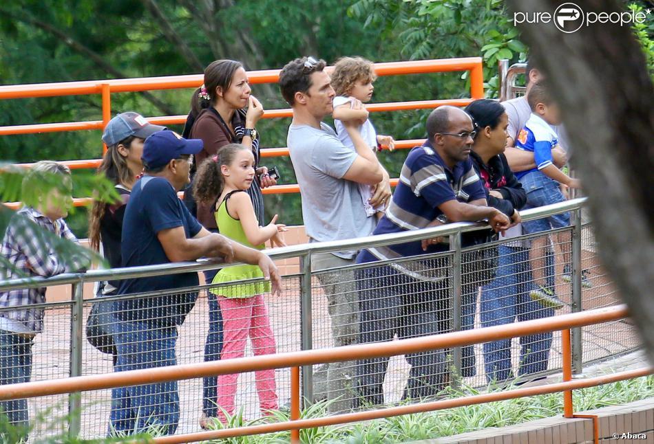 Matthew McConaughey avec sa femme Camila Alves et leurs enfants Levi, Vida et Livingston au zoo de Belo Horizonte au Brésil le 29 décembre 2013