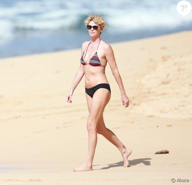 Charlize Theron sur la plage en bikini à Hawaï le 30 décembre 2013