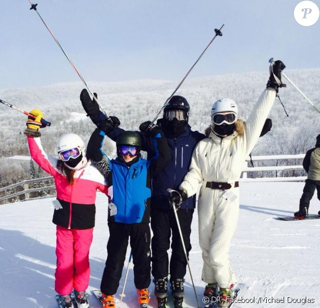 Michael Douglas a posté le 1er janvier 2014 sur son profil Facebook une photo de son séjour au ski au Québec, avec sa femme Catherine Zeta-Jones et leurs enfants Dylan et Carys