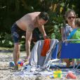 Exclusif - Robert Downey Jr. papa-poule et ventre bedonnant face à son fils Exton Elias en vacances à Saint Barthélemy le 29 décembre 2013.