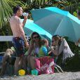 Exclusif - Robert Downey Jr. rafraîchit son fils Exton Elias au côté de sa femme Susan en vacances à Saint Barthélemy le 29 décembre 2013.