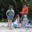 Exclusif - Robert Downey Jr. joue aux pâtés de sable avec son fils Exton et sa femme Susan en vacances à Saint Barthélemy le 29 décembre 2013.