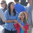 """Courteney Cox et sa fille Coco sur le tournage de """"Cougar Town"""" à Malibu, le 6 décembre 2012."""