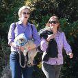 Exclusif - Jane Lynch déjeune avec une amie et son chien au restaurant à West Hollywood, le 15 octobre 2013.