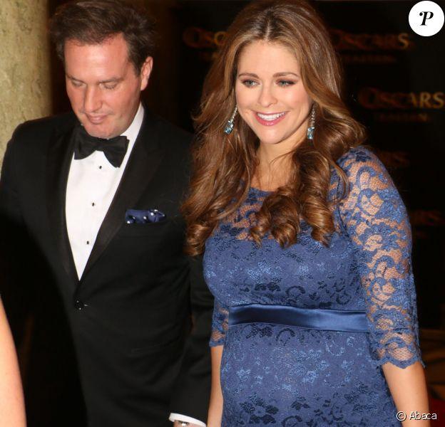 La princesse Madeleine de Suède, enceinte, prenait part avec son mari Chris O'Neill à la soirée de gala organisée au Théâtre Oskar à Stockholm le 19 décembre 2013 pour les 70 ans de la reine Silvia.