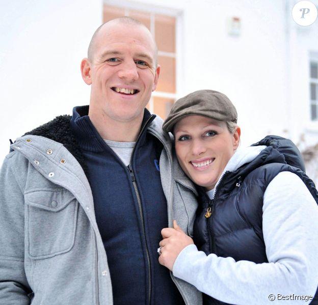 Zara Phillips et Mike Tindall le 21 décembre 2010 dans le Gloucestershire, au moment de l'annonce de leurs fiançailles. Le couple a eu le 17 janvier 2014 son premier enfant, une petite fille, Mia Grace Tindall.