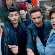 Le groupe One Direction dans le clip de Midnight Memories.