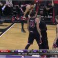Joakim Noah, retenu par l'un de ses entraîneurs après avoir été expulsé lors du match entre les Bulls de Chicago et les Kings de Sacramento, à Sacramento le 3 février 2014